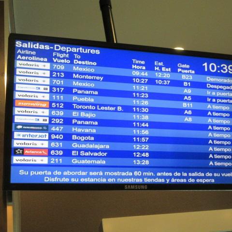 やっと30分ほど前にゲート決定。<br /><br />EL BAJIO空港(グアナファト)行はA8ゲート。
