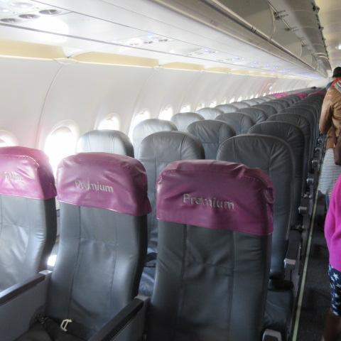 席は1列目でプライオリティ席です。3-3の席でプライオリティの席は1列目のバルクヘッド、足元楽々、他の席も日本のLCCみたいに狭くないです。<br />LCCとは思えない快適さ。寒いのに、風を止められない事だけが難。上着必須。