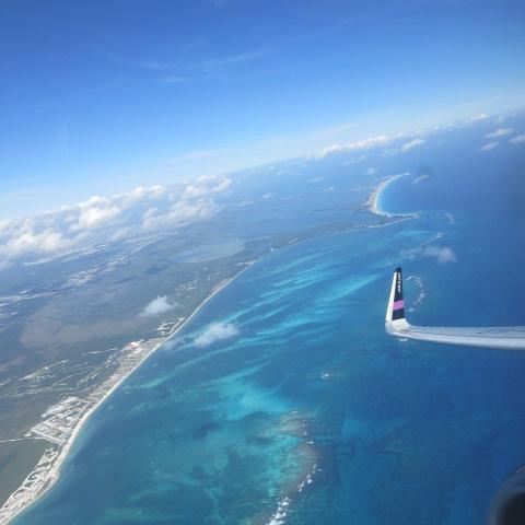 飛び立って機内から見た景色。<br />カリブ海、カンクンのホテルゾーンの地形。<br />晴れていて美しいカリブ海。