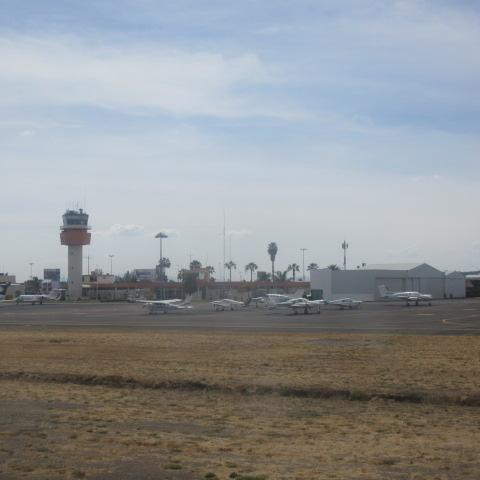 グアナファト空港が見えてきました。名称はデル バヒオ国際空港 (BJX)。<br /><br />小さな地方空港です。<br />日本の車メーカーの拠点なので日本人が多いかと思ったらいなかった・・