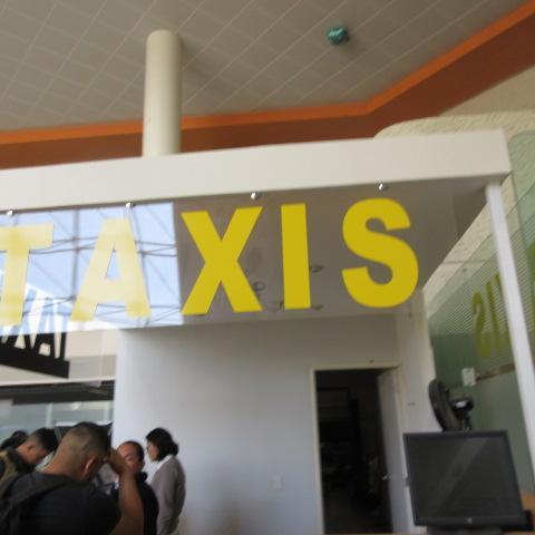 空港内のタクシーチケット売り場(1つだけ)でグアナファトのホテルバウチャーを見せて、チケットを買います。550MXD(ペソ)