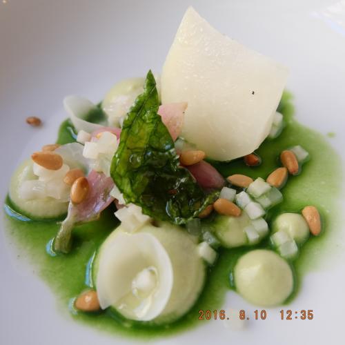 ラディ、うす緑のはアボガドのソース。暑い夏に涼やかな野菜の一品。パインナッツもふんだんに添えられています。C'est très très bon!