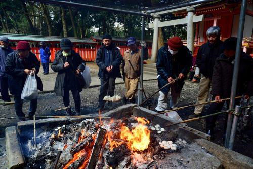 鎮疫祭の行われる八坂神社で、餅が焼かれています。<br />八坂神社は、神仏習合が始まったと言われる宇佐神宮の境内に建立されていた弥勒寺の守護神とされています。<br />