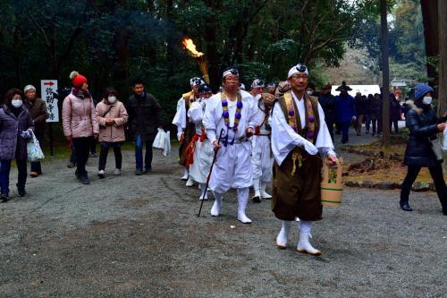 鎮疫祭に先立ち、13時から宇佐七福神僧侶により「火渡り行」が行われます。<br />僧侶たちが入場してきました。