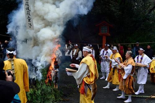 修験者は信者が願いを込めた護摩木を火に投入します。
