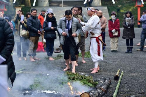 僧侶に引き続き信者たちが火渡りをします。
