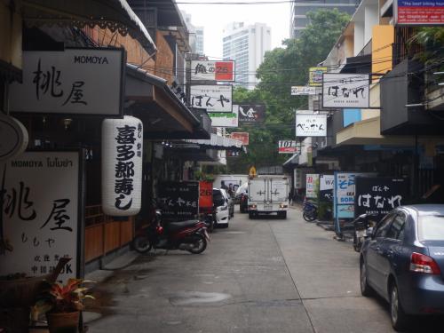 スクンビットソイ26に入り、少し歩き、角を曲がるとその路地には日本語の看板だらけだった。バーというよりは居酒屋風の店が多いようだ。観光客向けというよりも駐在員向けの店だと思う。