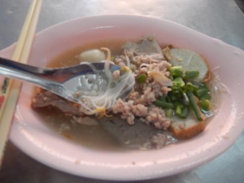 ルン・ルアン」でクァイティアオ(米の麺)の中でも細麺のスープありの麺を食べてみた。豚肉の肉団子とひき肉入りだ。スープは透明でさっぱりしている。麺少な目で50バーツだった。