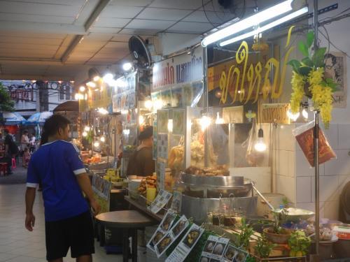 スクンビットソイ38の最近できたフードコート。カオマンガイたバーミーナムなどの定番の料理からマンゴースッテキーライスもある。どの店も写真付きの英語のメニューがあるので注文しやすい。