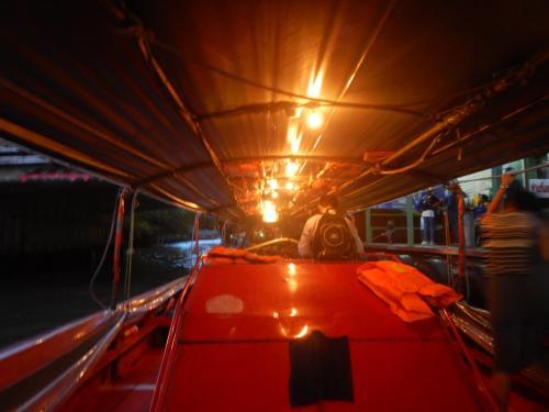 センセープ運河ボートでパンファーまで乗り、宿まで歩く。