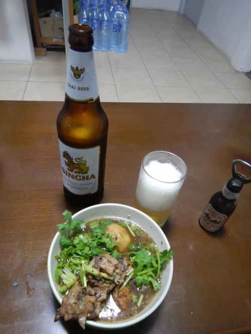 宿に戻り、ビール。豚の骨とジャガイモのスープ。キムチを入れれば韓国料理のカムジャタンに近くなる。
