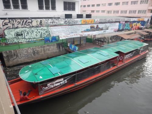 21017年の2月に来た時はまだ走っていなかったので、最近走るようになったボートだろう。どんなコースを通りのの確認しなかったが、1日パスが200バーツだということが船体に書かれているのでわかった。運河を走るので渋滞しないのがいいが、どれくらいの間隔でボートが走っているのかわからなかった。