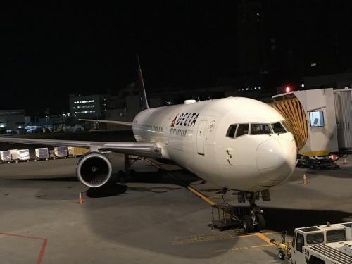 デルタ航空180便でホノルルへ向かいました。<br />夜の8時に出て、約5時間で着きました!<br />