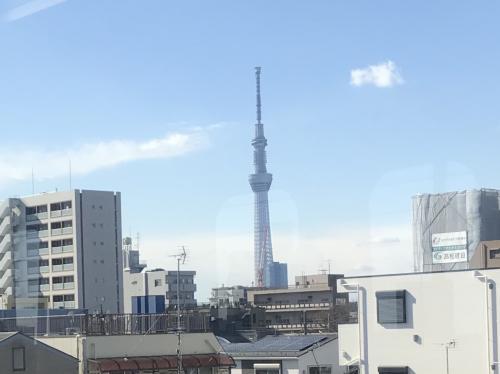 成田に向かう途中で、スカイツリーを見ました。<br />ずっと雨がちなお天気でしたが、いいお天気になってよかったです。