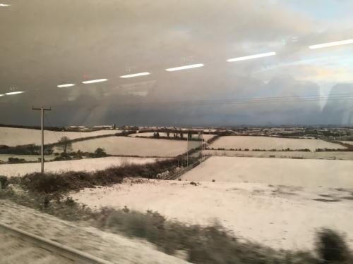 ダブリンからベルファストまでエンタープライズ号で。<br />ダブリンでは雪は積もっていませんが、途中から雪景色が広がりました。