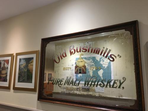 小さな町に小さな蒸留所。<br />ツアーには参加しませんでしたが、蒸留所限定のウイスキーを一杯頂いてきました。<br /><br />シーズンオフの為ジャイアンツコーズウェー同様観光客は少なめでした。