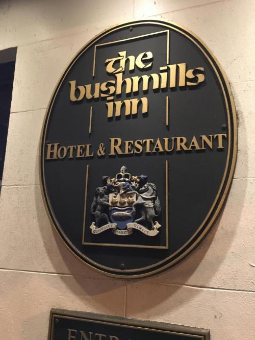 夕食は泊まるには高すぎたThe bushmills innのガストロパブへ。<br /><br />この書体はアイルランドでもよく見かけます。<br />ちょっと調べてみたいですね。
