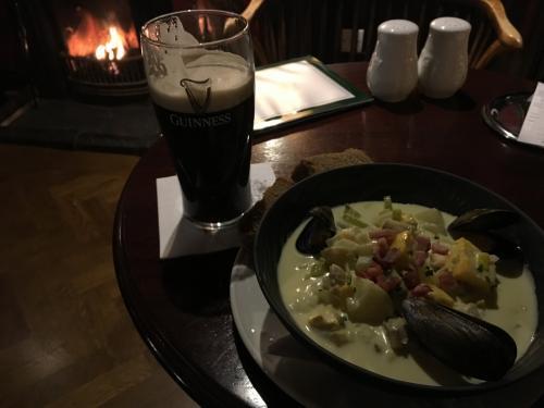 北アイルランドでもギネスビールはどこでも置いてあるようです。<br />暖炉のそばの席でクラムチャウダーをいただきました。<br /><br /><br />本当は1泊2日でゆっくり見る行程でしたが、寒さで早足になったため1日で終えてしまいました。<br />明日はベルファストを観光しようかなぁと考えながらの夕食。<br /><br />2日目はこちら<br />https://ssl.4travel.jp/tcs/t/editalbum/edit/11330940/