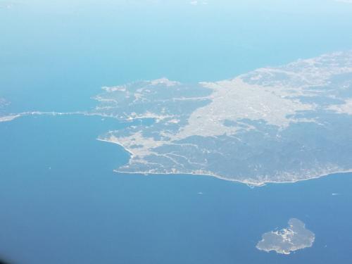 あの小さな島はどこ?<br />(まだ日本上空)