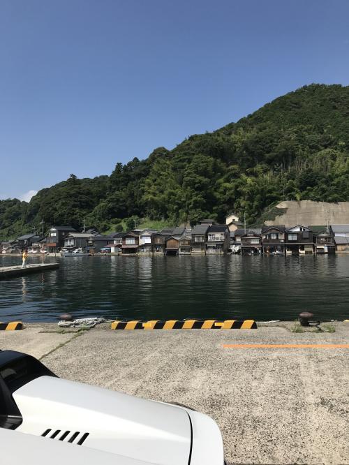 対岸の駐車場に車をとめて。舟屋を間近で見ることができます。