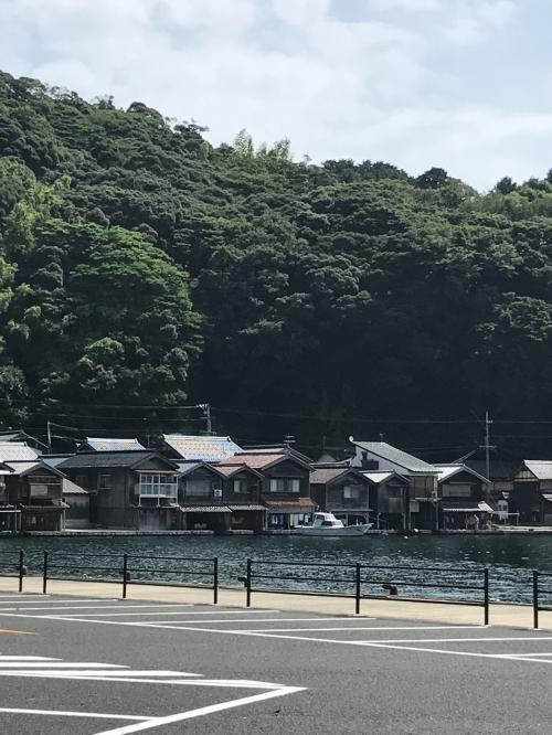 舟屋は1階が舟の格納庫として2階は住居として使われています。かつては舟屋の集落には道がなく、海が生活路だったそうです。