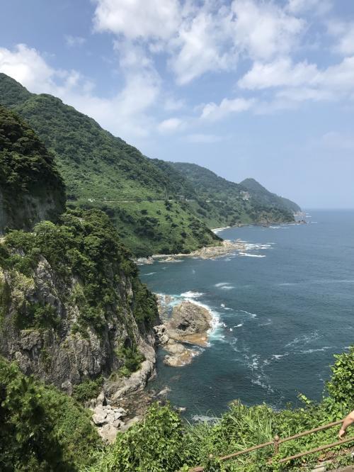 約3㎞に渡り続くリアス式海岸がみえます。断崖絶壁です。