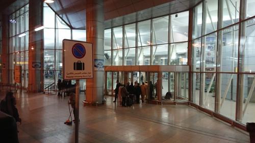 カイロの空港には見送りの人は入れません。<br />パスポートと搭乗券で、チェックを受けてから入ります。<br />早すぎる空港到着と思ったのですか、3回の荷物チェックとボディーチェックを受けることになるとは思っていませんでした。どれだけ時間が、かかるか予測できないので早朝の出発に納得しました。<br />荷物を預けて手荷物の検査とボディーチェック。搭乗ゲート近くまで移動して、時間が来るまで待ちました。<br />搭乗ゲートからチケットと手荷物のチェックを受けてゲート付近の待合室。<br />いよいよ搭乗かと思ったら、もう一度、荷物チェックを受けてバスで飛行機まで移動して搭乗。<br />あー、疲れた。<br />