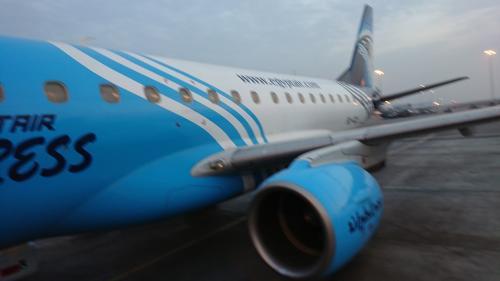 白地にブルーのエジプト航空機<br />1時間25分の飛行時間は皆、寝ていたのに、まさかの急上昇。<br />着陸のやりなおしでした。<br />無事に着陸できてホッとしました。