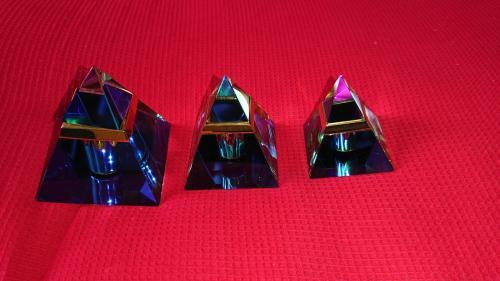 クリスタルのピラミッドも購入<br />光の当たりかたで、色が変わります。<br />これも香水ビンです。