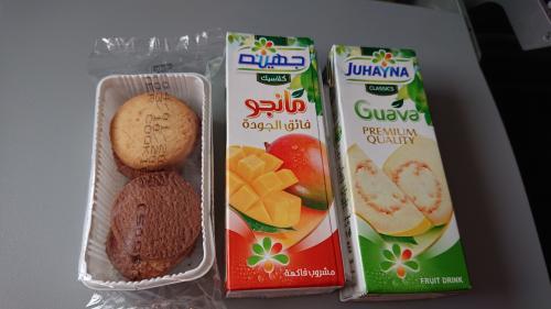 1時間25分のフライトの間にクッキーとジュースの、サービスがありました。<br />ジュースは1個です。
