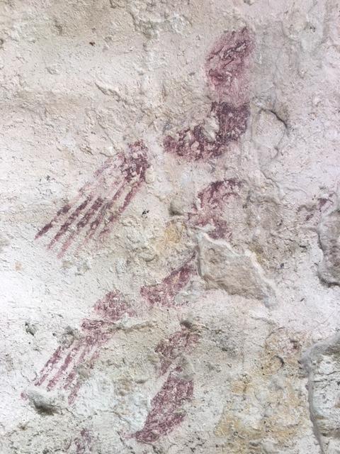 壁画のオウムの姿。分かりますか?<br /><br />この壁画には鳥かごも書かれています。超自然を象徴していると言われますが、実際には自然との共生を強調しているようにも見えます。<br /><br />