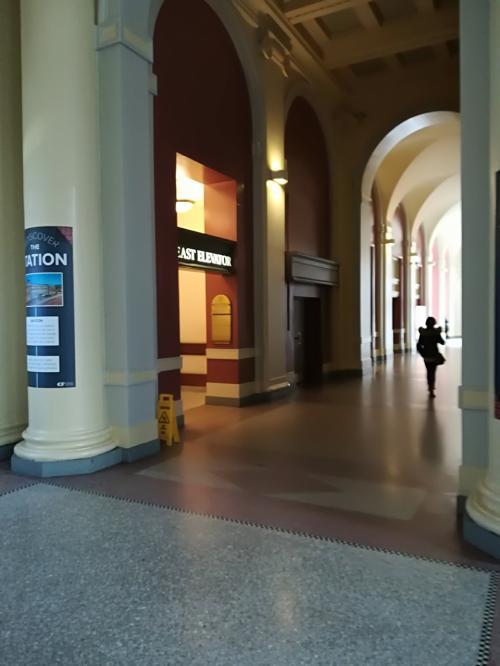 その通路にEast Elevatorがありますので、これで2階に行きます。