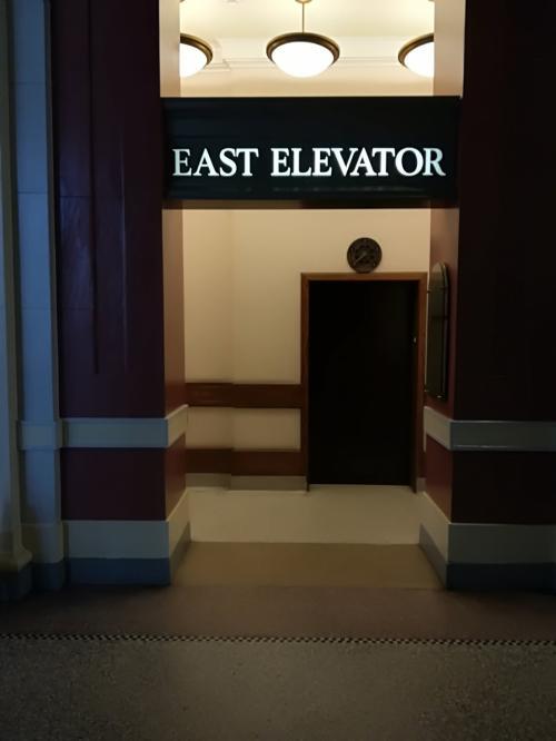 エレベーター入り口。<br /><br />エレベーターを出たら目の前がWest Coast Express Ltdのオフィスです。因みに、コンパスカードに残ってるお金ももちろん返金してくれます。ただし返金はカードで行いますので注意してください。