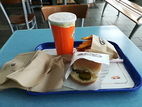 買い物も終わり、バンクーバー空港へ。ここで腹ごしらえです。A&W のチキンバーガーセット7.5ドル也。ちょっとお高いけど空港値段かな?