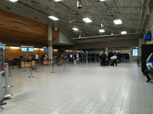イエローナイフ空港に到着。ここで、ナヌックオーロラツアーズの大塚さんとはお別れです。素晴らしい経験をありがとうございました!<br /><br />チェックインを済まします。エア・カナダ乗継のため、受託手荷物は成田でピックアップします。