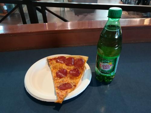 今日の昼食はFamous Famigla でピザとカナダドライのジンジャーエールです。7.43ドル也。