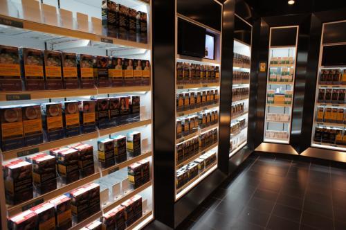 ところで、「カナダのお土産にタバコを買ってきて」と上司に言われていたので、1カートン買って帰ろうと思ったのですが、まずタバコそのものが見つかりません。店員さんに聞くと、案内されたのは壁で全体が覆われ、隔離された空間。日本で言えばアダルトビデオの様な扱いです(苦笑)