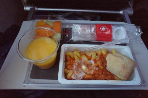 着陸前の軽食はパスタを選択。