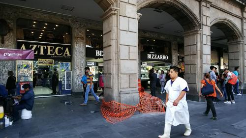 ソカロに面した貴金属店街。<br />14金の製品が多く、光沢に欠けています。観光客向けのお店かな。