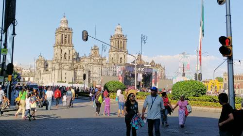メキシコ・シティ大聖堂です。<br />このあたりは、アステカ帝国の時代に湖を埋め立てて造られた都市です。地盤が悪いため、アステカ帝国を滅ぼしたスペイン人が建てた聖堂や教会、古い建造物は傾いていることがおおいです。