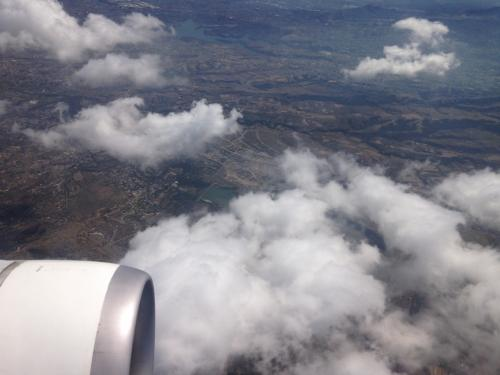 リマのホテルを出たのが朝5時、飛行機の中で朝ご飯と昼飯を食べて、ほとんどの時間は寝ていました。<br />メキシコ・シティの国際空港の着陸に向け、飛行機は高度を落とし始めました。