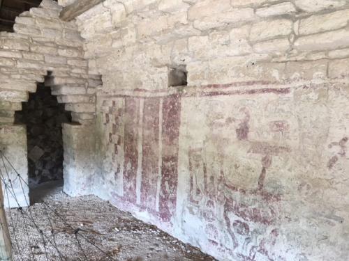この壁画の裏は4面に分かれた壁画が描かれており、美しい文様が綺麗に残されています。更に入口のマヤアーチ実に美しく組み立てられていますが、この切り出した石の精巧さもまた技術の高さをうかがわせます。<br /><br />