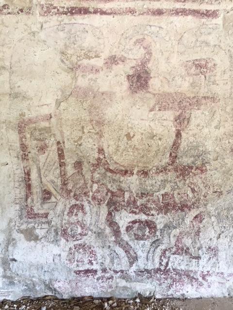 中央にはネックレスとブレスレットを付けた擬人化された神が描かれています。時代は300年前後と考えられています。