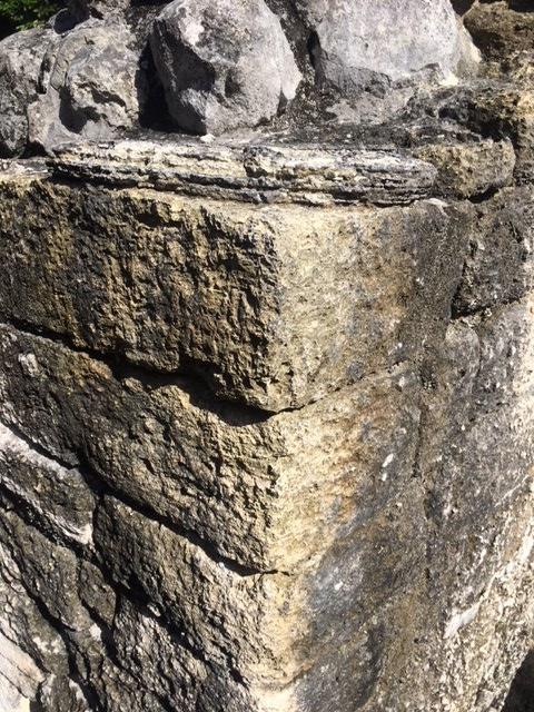 壁の角の石もご覧の通りの精巧さです。<br /><br />これだけ完璧に切られた石を店長他では見たことがありません。このシェルハは規模は小さいですが、建造物一つ一つの精巧さが際立っているのが特徴です。<br /><br />恐らくこうしたギルド的な技術をもって発展したセンターなのかもしれません。