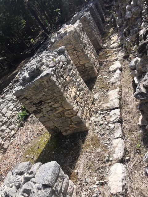 この8本柱の神殿は元々神殿として建てられていたものを後に作り替えられたことが分かります。<br /><br />因みに、当初はこの柱の上には茅で葺いた屋根がのっていたと考えられています。石の天井ではなかったという事ですね。<br /><br />元々の神殿の入口の石積みが後に埋められたことが分かります。