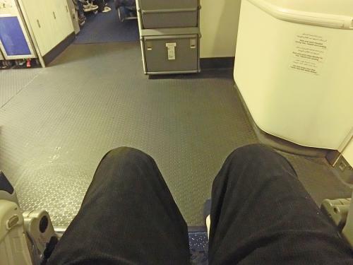 機内は空いているので適当に空席に移動出来、3人分の座席に二人で座っていた女房を残し足元の広い非常口横の席へ。3人分を独り占めしたが、肘掛けが上がらないので横にはなれなかった。残念!それでも、足を伸ばして良く眠れた。<br /><br />一方、3人座席に残した女房とは離れてしまったが、たまには離れていてもいいかなと思い、別々のところで過ごした。降りてから聞くと、横になっていたが余り眠れずと。勿体ない(笑)。