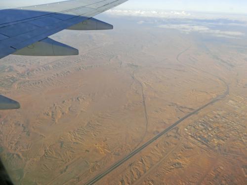 7時過ぎの国内便でルクソールへ。眼下には砂漠が見えている。
