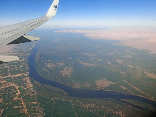 エジプト唯一の川であるナイル川が見えてくると、その両岸は結構緑が広がっていた。