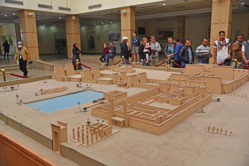 ビジターセンターで木製の模型を見ながら、ガイドの説明を聞く。