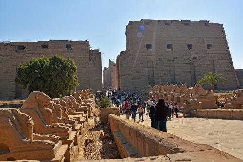 カルナック神殿は、アメン信仰の発祥の地として中王国時代(紀元前2000年~)に建てられ、その後歴代のファラオが増築を行ったとのこと。いくつかある神殿のうち、アメン大神殿に入って行く。